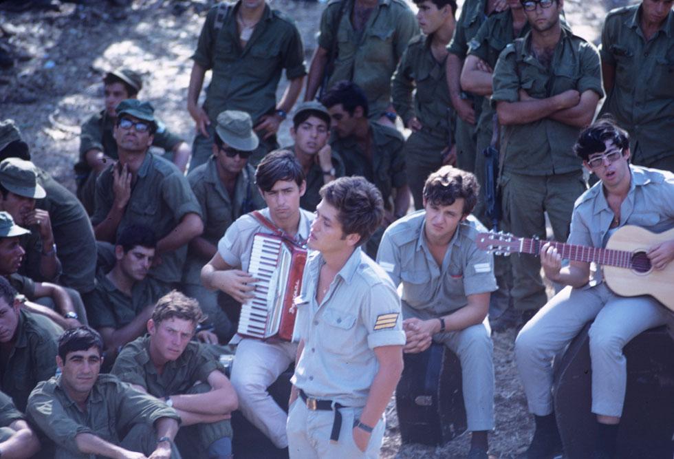 שלמה ארצי בלהקת חיל הים, 1970. כלל את השיר באלבום הבכורה שלו והקליט אותו שוב אחרי כ-30 שנה (צילום: דוד רובינגר)