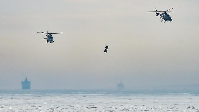 צרפת פרנקי זפאטה פרנקי זפטה איש מעופף פלייבורד חצה את תעלת למנש (צילום: AFP)