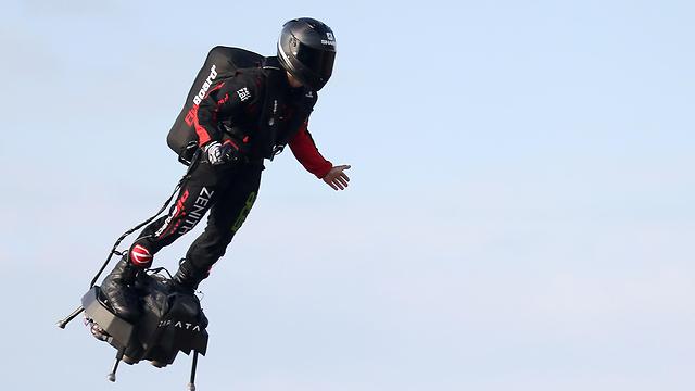 צרפת פרנקי זפאטה פרנקי זפטה איש מעופף פלייבורד חצה את תעלת למנש (צילום: רויטרס)