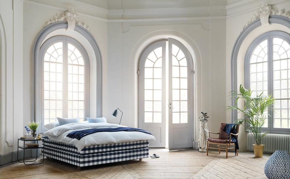 כאן המיטה והמזרן משולבים כיחידה אחת, והם עשויים בעבודת יד מחומרים טבעיים כמו פשתן ושיער זנב סוס. Hastens