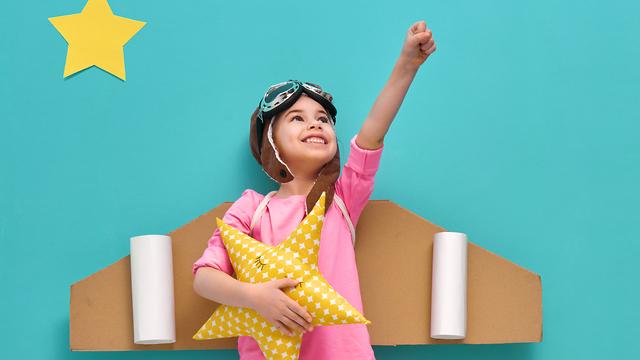 ילדה מלאה בשאיפות להגיע רחוק (צילום: shutterstock)
