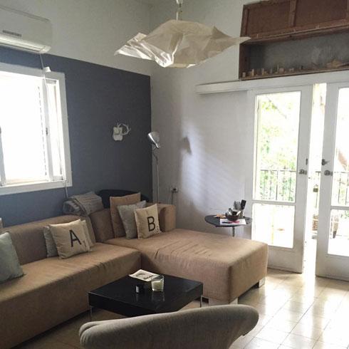 הסלון והמרפסת לפני השיפוץ (צילום: דפנה גרבינסקי)