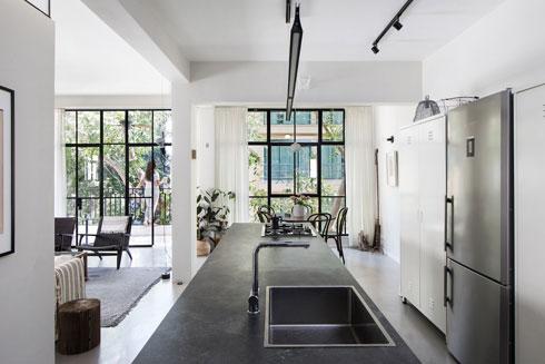 ''פס'' המטבח ופינת האוכל חוצה את הדירה מקצה לקצה (צילום: שירן כרמל)