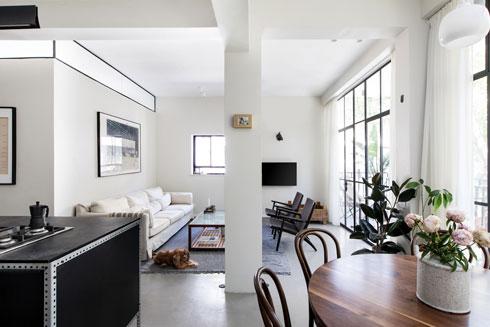 הקורות המקוריות של הדירה מגדירות אזורים שונים (צילום: שירן כרמל)