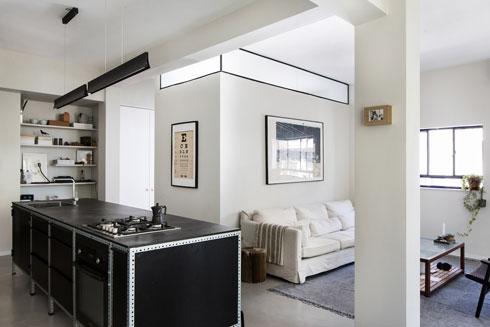 במרכז הדירה מוקמו חדר אורחים וחדר רחצה (צילום: שירן כרמל)