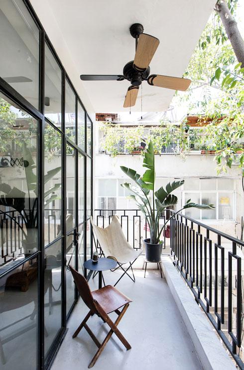 המרפסת הצרה אוורירית, ומרוהטת בפשטות (צילום: שירן כרמל)