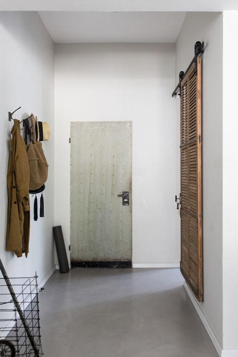 ואחריו. תריס עץ על מסילה מפריד מחדר השינה, כדי שלא תהיה דלת סטנדרטית מיד בכניסה (צילום: שירן כרמל)