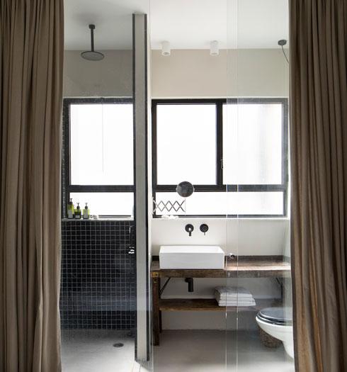 מבט מאזור המיטה. הווילון מאפשר החשכה ופרטיות (צילום: שירן כרמל)