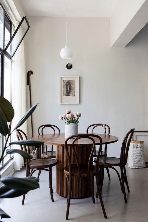 כסאות tonet קלאסיים מסביב לשולחן שבנה נגר בהזמנה מיוחדת, מעץ טבעי ומלא (צילום: שירן כרמל)