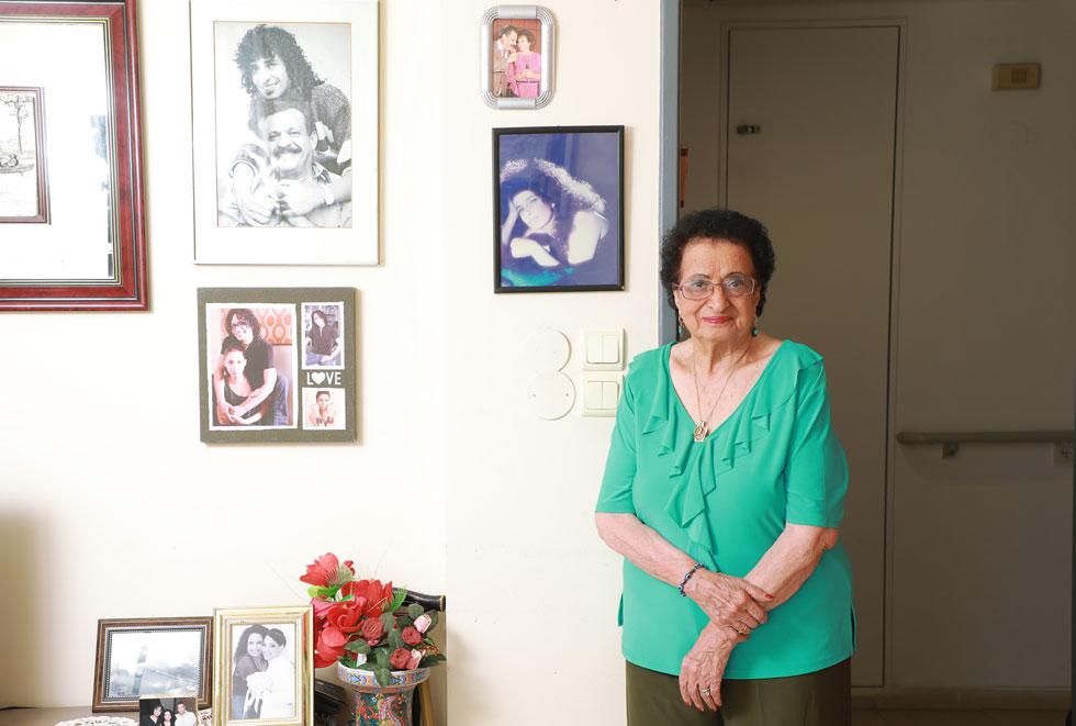 """שרה כהן בדירתה בתל אביב, השבוע. """"פעם הייתה אהבה אחד לשני, הייתה אחווה. היום יש הרבה ביקורת""""  (צילום: דנה קופל)"""