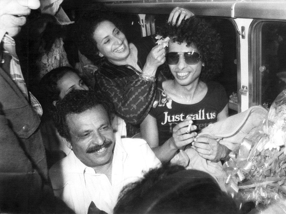 """1978: משפחת כהן מקבלת את יזהר בנתב""""ג וחוגגת איתו את זכייתו באירוויזיון. """"הפצנו את הישראליות האמיתית והבאנו פרס חשוב למדינה"""" (צילום: שלום בר טל)"""