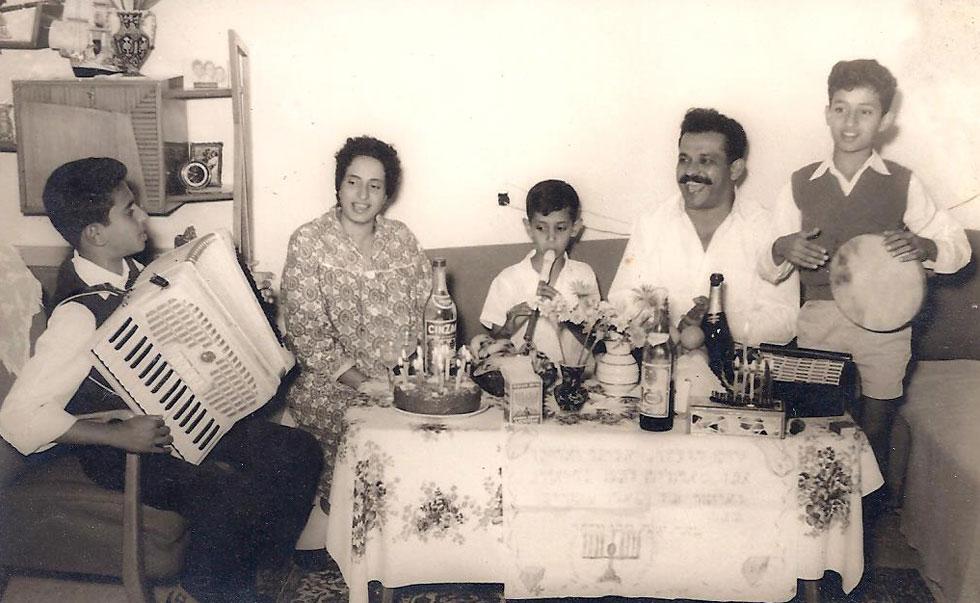 """בני הזוג עם שלושת בניהם - חופני (מימין), יזהר (במרכז) ופיני (משמאל). """"אצלנו בבית כל הזמן שרו"""" (צילום: אלבום פרטי)"""