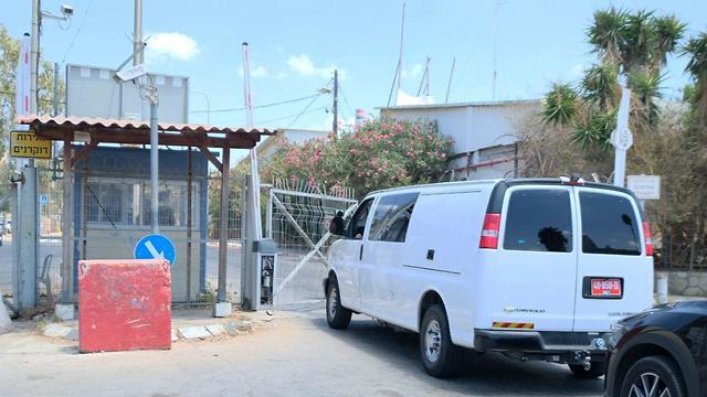 Ambulance arrives at Tel Hashomer base (Photo: Shaul Golan)