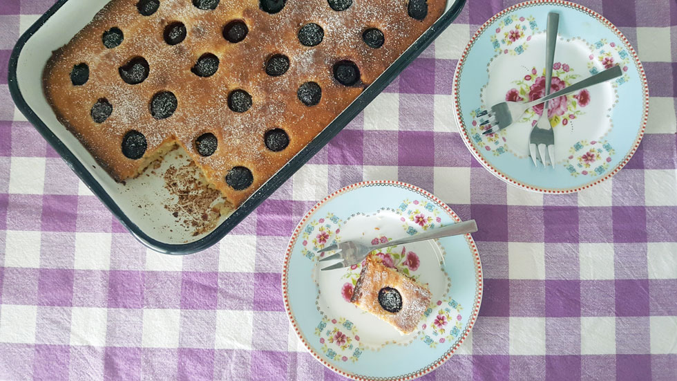 אם אין טריים, השתמשו במשומרים או קפואים - עוגת יוגורט ודובדבנים (צילום: מירי צדוק)