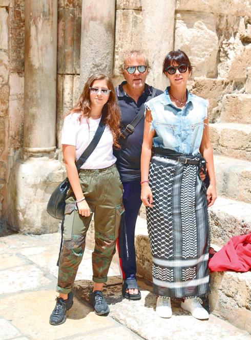 רנצו בכנסיית הקבר בירושלים עם המשפחה (צילום: אלירן אביטל)