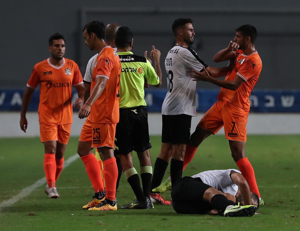 עימות בין שחקני רעננה ונס ציונה (צילום: אורן אהרוני)