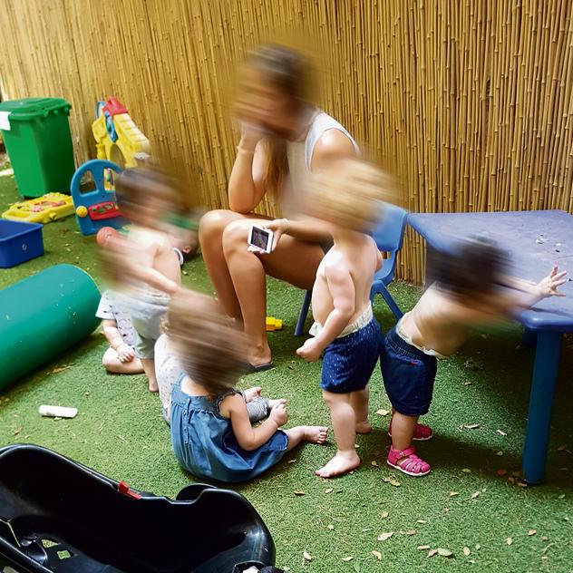 הסייעות והמסכים הקטנים - סייעת מעסיקה ילדים באמצעות הסלולרי