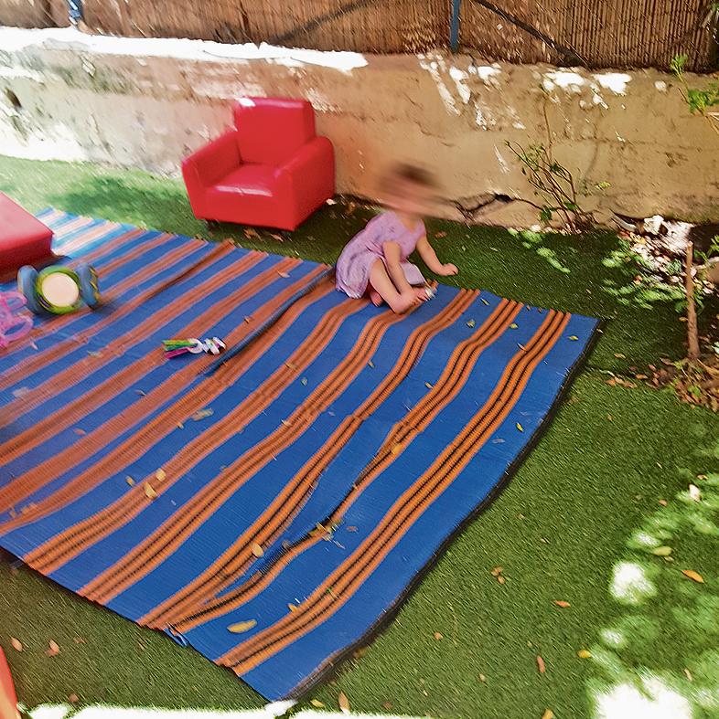 תינוקת נותרה לבדה בחצר - רק לאחר שהסבנו את תשומת ליבן, הסייעות החזירו אותה