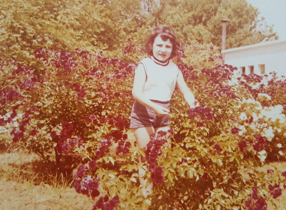 """בילדותה בקיבוץ. """"אפילו את השם שלי, דורה אלחנדרה, שינו, ונהפכתי ל'דורית'"""" (צילום: אלבום פרטי)"""