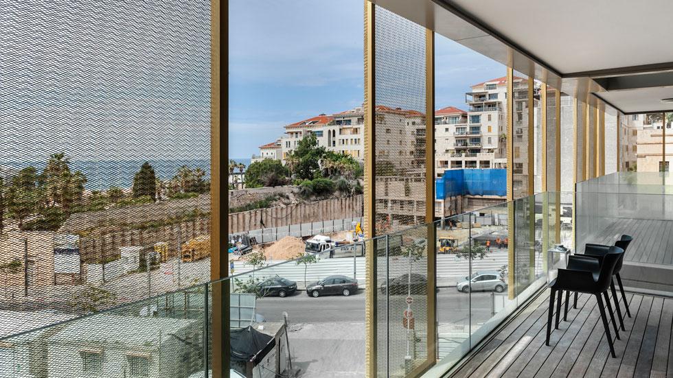 ''במקום לשכור חדר במלון'': ביקור בדירה בבית המכס המוזהב ביפו