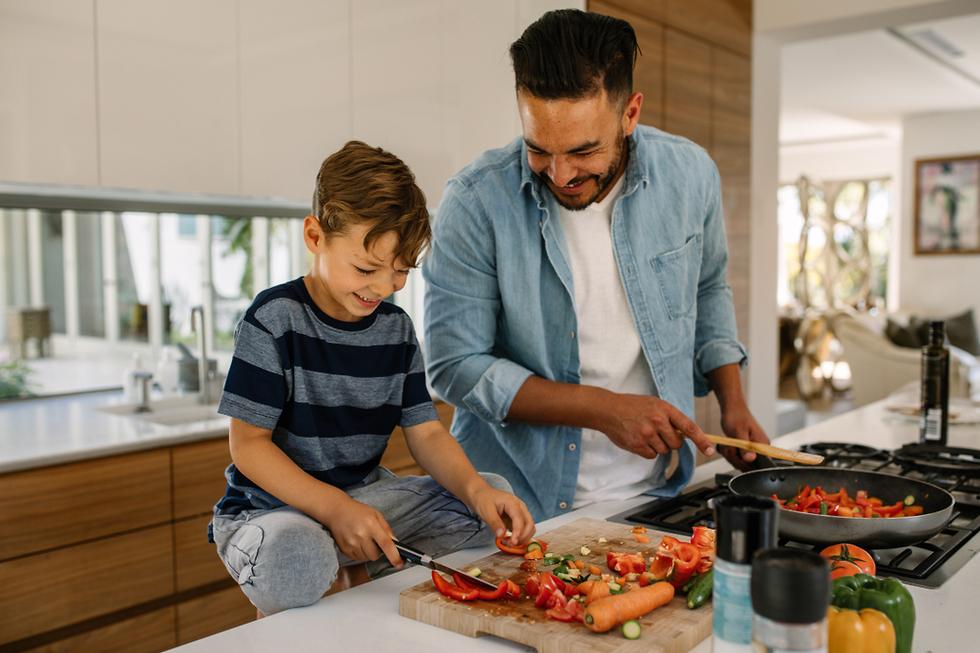 אבא ובן מבשלים היפוך מגדר הורות  (צילום: shutterstock)