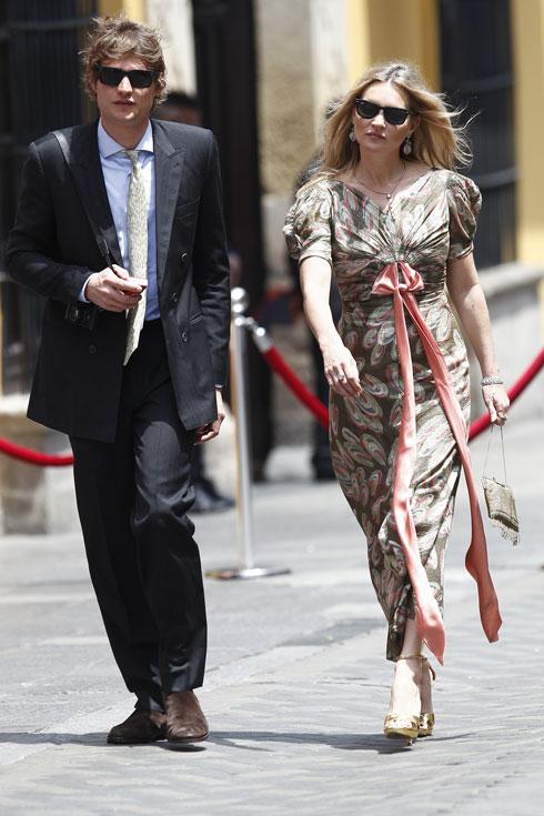 היא אחת המתלבשות הטובות בעולם, הוא מסתפק בלצעוד לידה. קייט מוס וניקולאי פון ביסמרק (צילום: Leonardo Fernandez/GettyimagesIL)