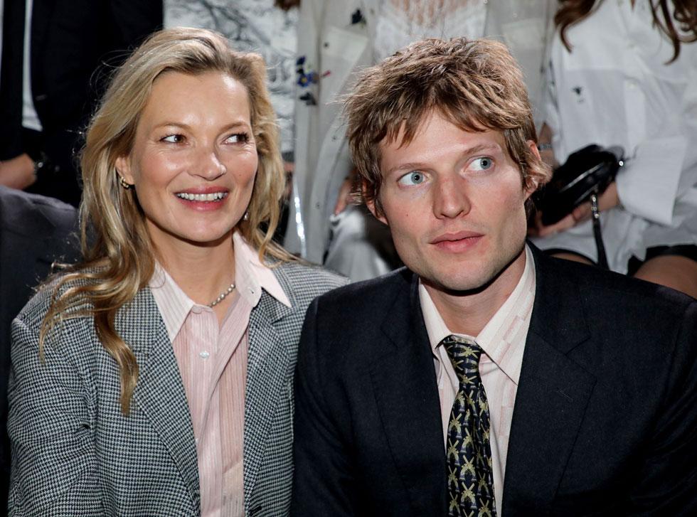 אפשר ללבוש כל דבר כשאתה עם אחת הנשים הקוליות בעולם. ניקולאי פון ביסמרק וקייט מוס (צילום: rex/asap creative)
