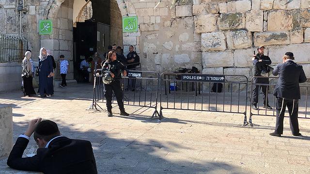 שוטרים בשער האריות (צילום: גיל יוחנן)