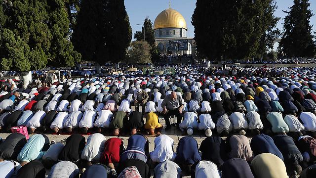 מתפללים בהר הבית (צילום: AFP)
