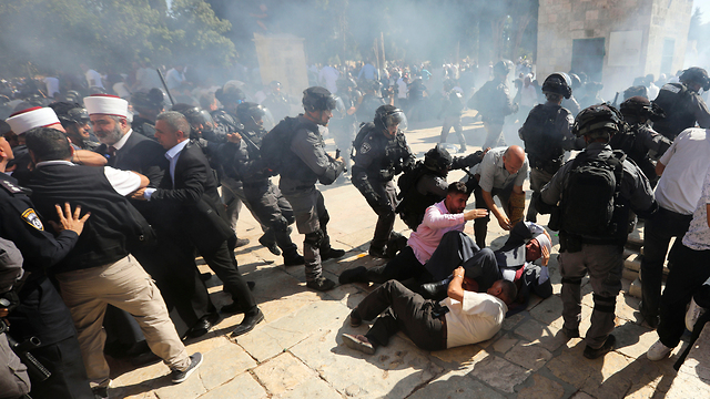 Israeli security forces and Palestinian worshippers clash on Temple Mount Sunday (Photo: AP)