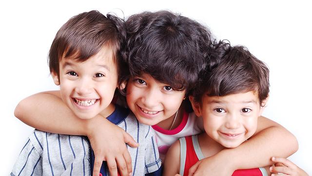 אחים בריאות הורים ילד אמצעי סנדוויץ משפחה אח אחות אחים אחיות שמחים (צילום: sutterstock)