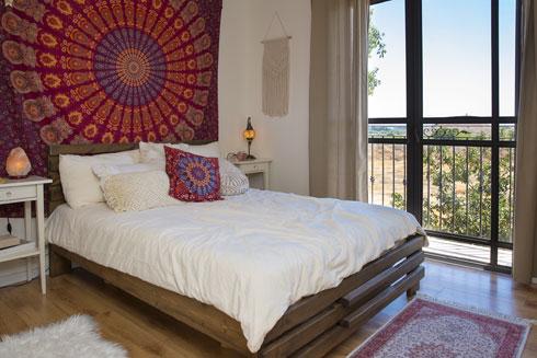 """""""אני אוהבת להרגיש ילדת פרחים"""". חדר השינה של כהן (צילום: ענבל מרמרי)"""