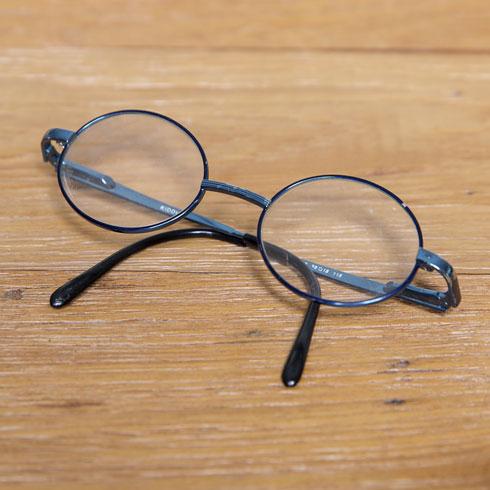 """""""אלה המשקפיים הראשונים שלי מגיל 4. הייתי ילדה די עיוורת, גם היתה לי פזילה סמויה. היה לי מספר גבוה, פלוס 4. האשמתי אותם ביחס שקיבלתי כילדה. לא אהבתי אותם, אבל שמרתי אותם כי הם חלק בלתי נפרד ממני. היום המספר שלי ירד""""  (צילום: ענבל מרמרי)"""
