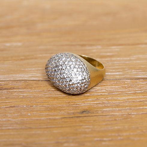 """""""טבעת שאמא שלי קיבלה מסבתא שלי כשהיא נפטרה. כולנו היינו מאוד קשורות אליה, ואני עתידה לקבל אותה בהמשך כנכדה הבכורה שלה. היא גם יילדה אותי""""  (צילום: ענבל מרמרי)"""