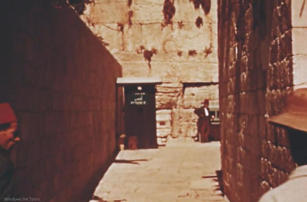 Walking up to the Western Wall (Photo: Jerusalem Cinematheque archive)