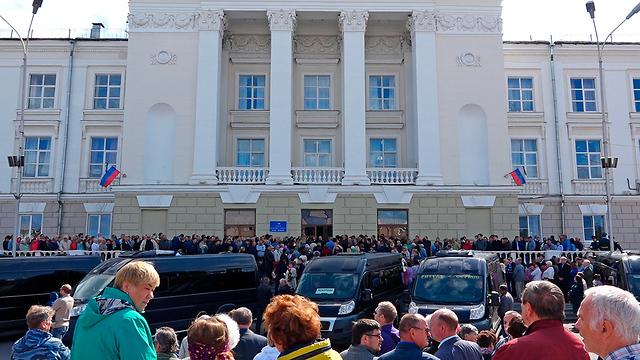 הלוויה בעיר סארוב טקס קבורת חמשת ה מדענים ה רוסים שנהרגו בפיצוץ טיל ב רוסיה  (צילום: AP)