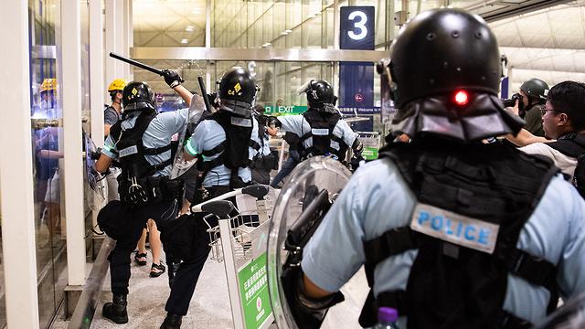 מהומות נמל תעופה הונג קונג סין (צילום: EPA)