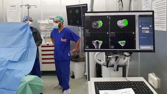 ניתוח רובוטי להחלפת ברך (צילום: איתי עמיקם)