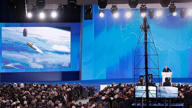 פוטין מציג את טיל השיוט (צילום: MCT)