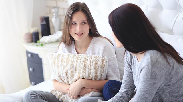 אמא מדברת נערה שיחה גיל ההתבגרות  (צילום: shutterstock)
