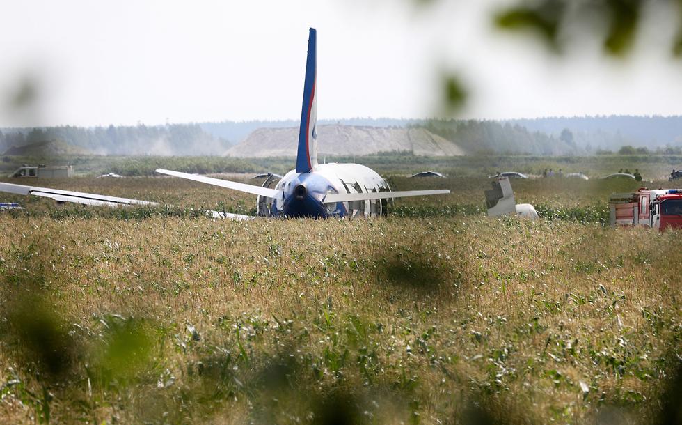 מטוס איירבוס A321 אורל איירליינס נחיתת חירום ליד מוסקבה רוסיה (צילום: רויטרס)