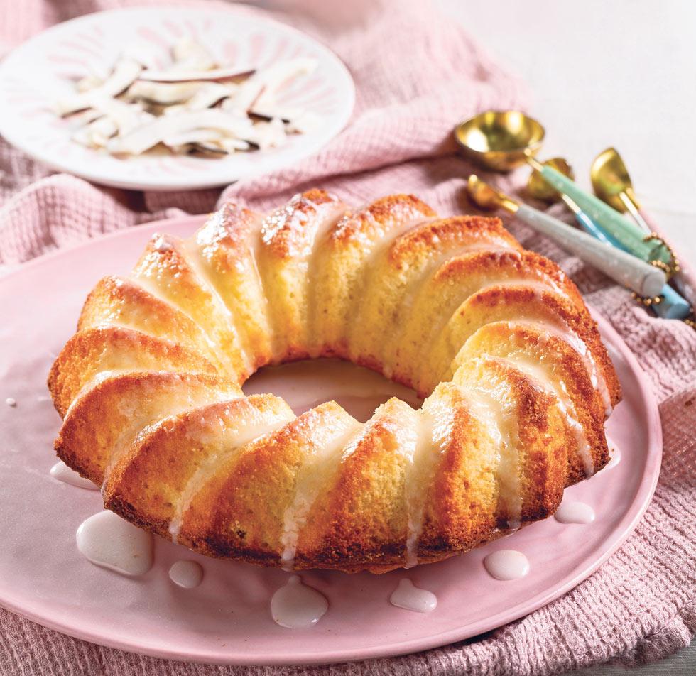 עוגת יוגורט וקוקוס מזוגגת (צילום: בועז לביא, סגנון: נעה קנריק)