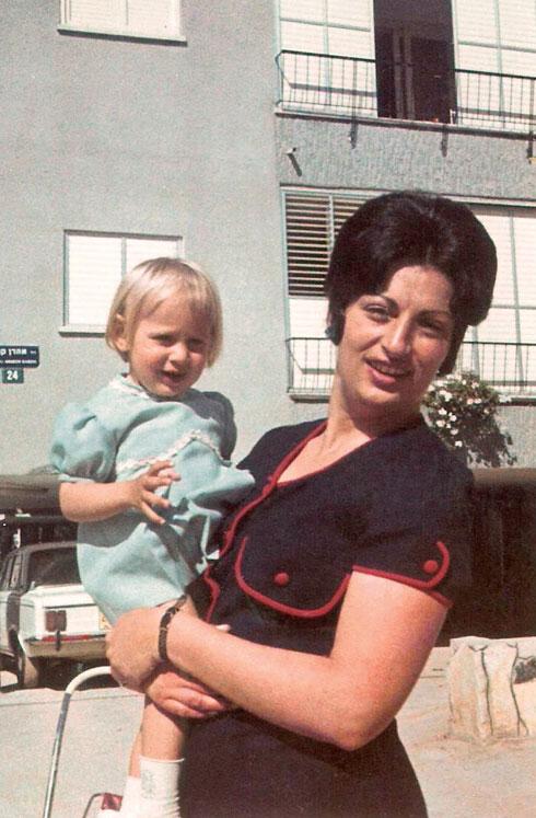 """רביד בילדותה עם אמהּ. """"כשנולדו לי ילדים זה היה הכי חסר. הרגשתי שאני לא יודעת מה זה להיות אמא"""""""