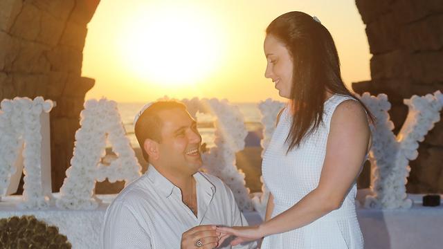 הצעת נישואין בקיסריה של עולה חדש מפנמה  (צילום: נמרוד גליקמן)