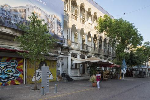 בית העמודים ברחוב רמב''ם. משמאל: שלט פרסום לפרויקט העתידי שמתוכנן כאן הפעם (צילום: אביתר הרשטיק)