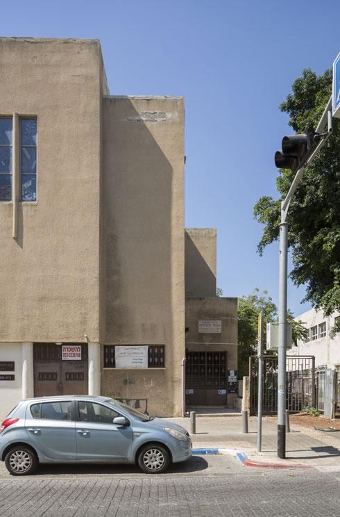 גושים אטומים וחלונות שלא מאפשרים קשר עין. בית הכנסת מיסה פעיל עד עצם היום הזה (צילום: אביתר הרשטיק)