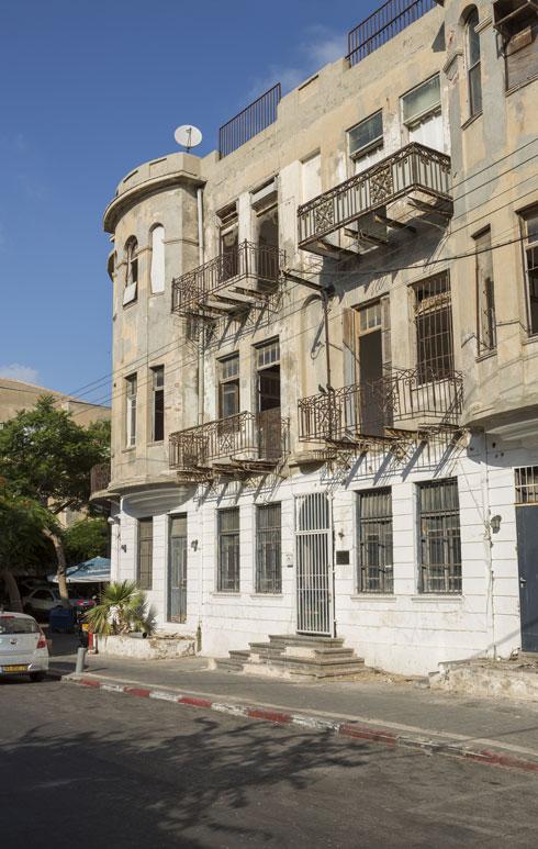 החזית לרחוב התבור מציגה את מצבו העגום של המבנה (צילום: אביתר הרשטיק)