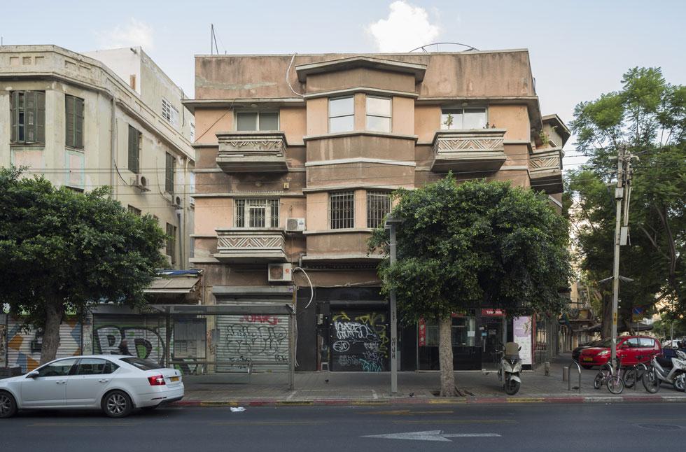 הסגנון המודרני מתבלט בבניין ברחוב אלנבי 82. בעלת הבית, אסתר נתנאל, הזמינה את האדריכל לתכנן לה בית קולנוע בכיכר דיזנגוף, והוא נקרא על שמה (צילום: אביתר הרשטיק)