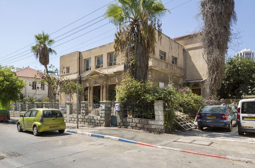 וזה הבית הראשון שתכנן מגידוביץ' בתל אביב הקטנה, שנה בלבד אחרי שירד מהאונייה מאודסה. יהודה הלוי 9, הלוא הוא בית שמעון מזרחי (צילום: אביתר הרשטיק)