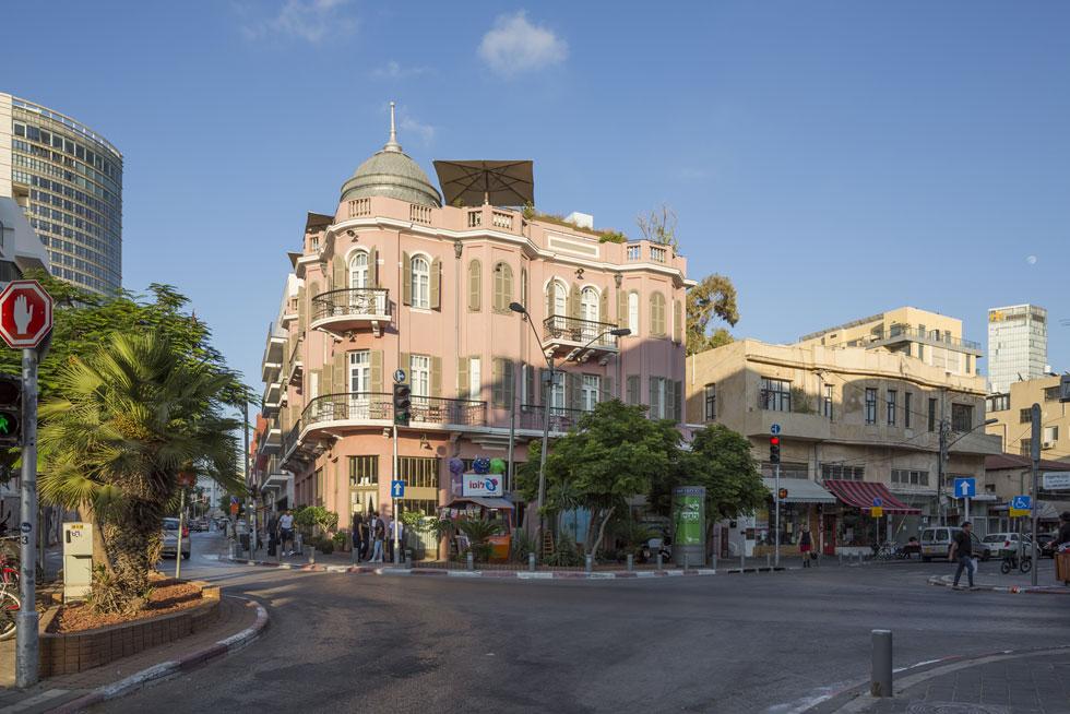 רבים מהמבנים של מגידוביץ' תוכננו במפגשי רחובות, והוא השכיל לנצל את המיקום כדי להבליט את הפרויקטים. כזה הוא גם מלון ''נורדוי'', בקרן הרחובות נחלת בנימין וגרוזנברג (צילום: אביתר הרשטיק)